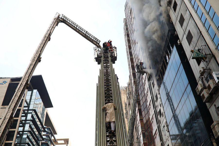 Un De Dacca Incendie 19 Tour Une Morts Au Dans BangladeshMoins Y76yfbg