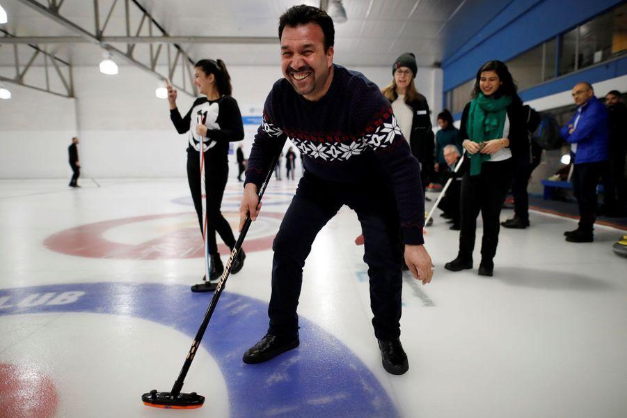 Un événement a permis à des réfugiés arrivés récemment au Canada de s'initier au curling, le 15 mars 2017.