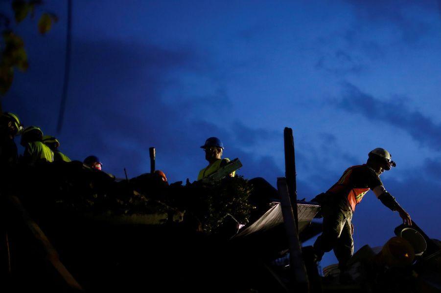 Les secours poursuivent leurs recherches au Mexique, avec de moins en moins d'espoir de retrouver des vivants.