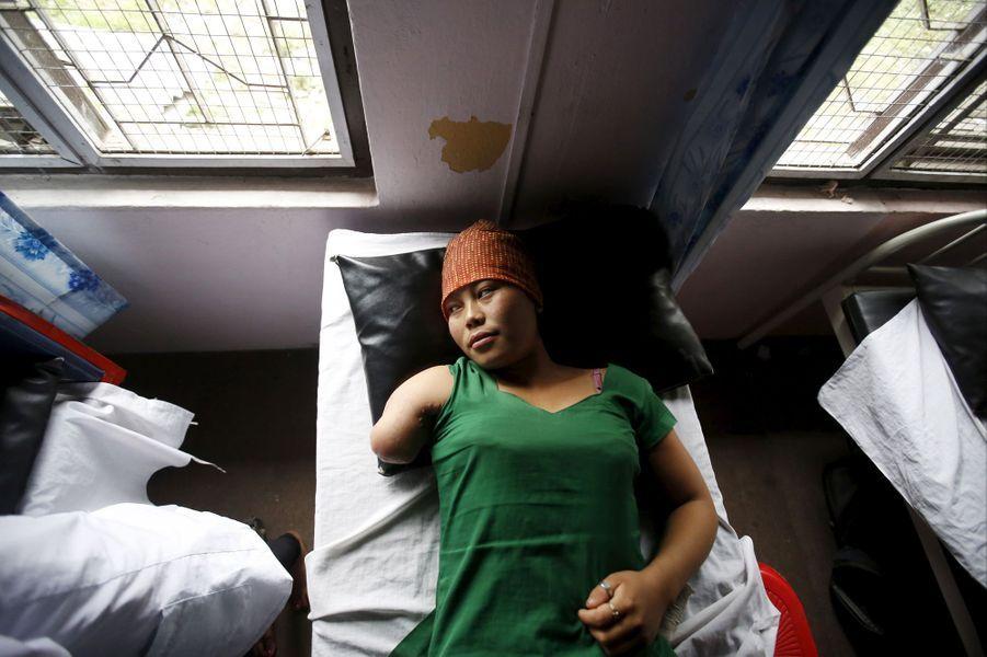 Au Népal, un an après le séisme, les blessés se reconstruisent.