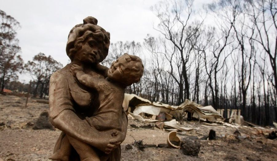 La statue s'une femme portant un enfant a survécu aux flammes tandis que la maison qui était derrière a été dévastée.
