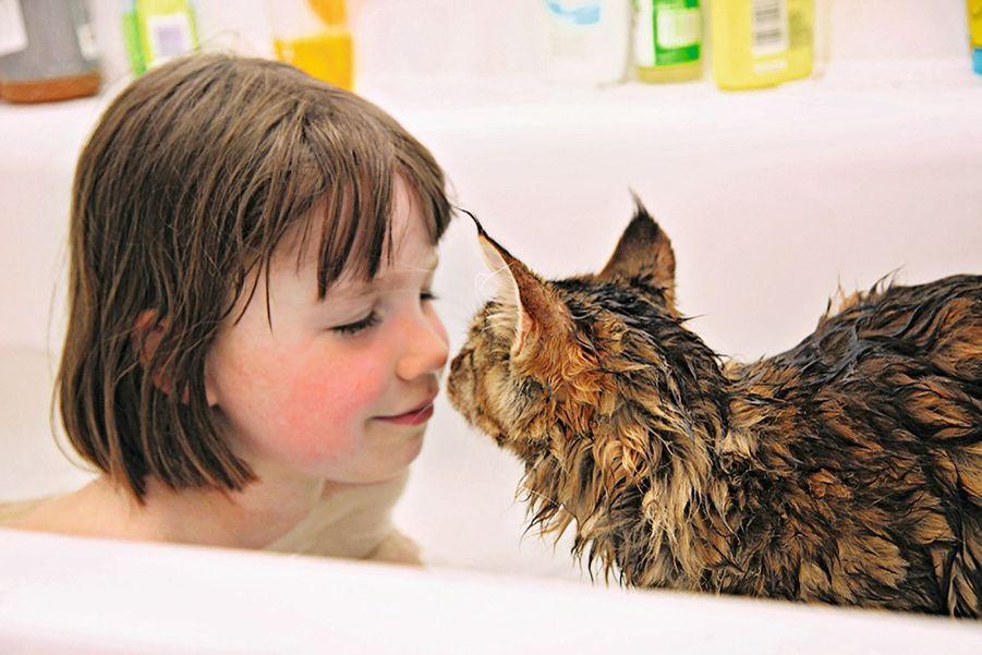 Rien ne l'échaude ! Thula a convaincu Iris de retourner au bain à un moment où elle ne supportait plus le contact de l'eau.