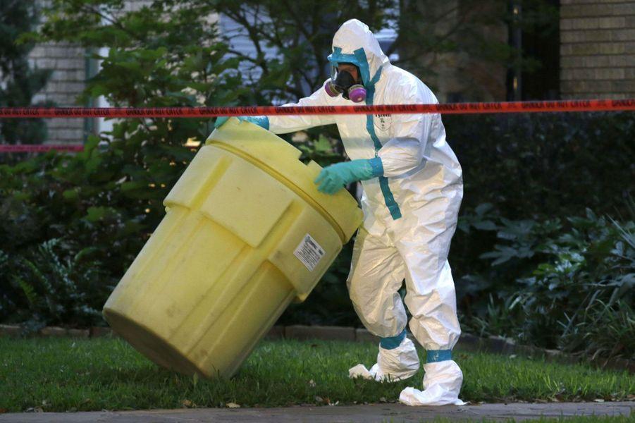 Les autorités désinfectent l'appartement de l'aide-soignante infectée par le virus, au Texas