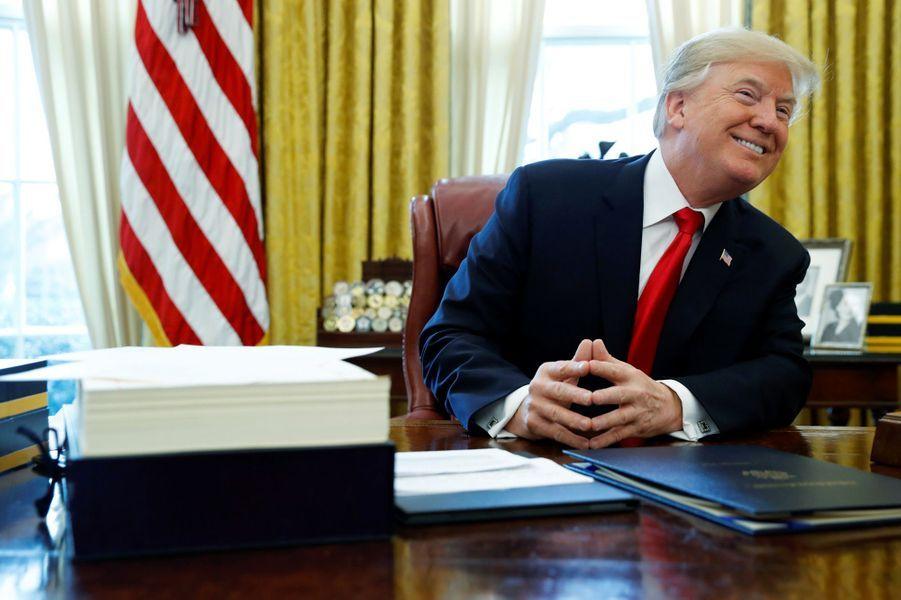 Donald Trump promulgue la loi sur la baisse des impôts — États-Unis