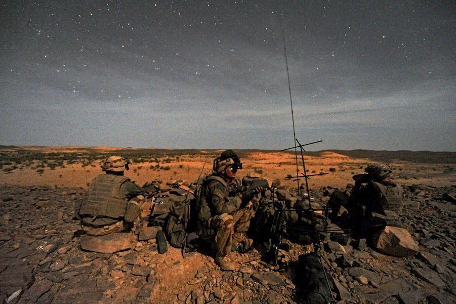 Ils repèrent les cibles avec leurs jumelles à visée nocturne. Les pilotes d'hélicoptères ou d'avions de chasse qui soutiennent les soldats au sol dirigent les tirs grâce à leurs informations. En plein massif de Tigharghar, à proximité de la frontière algérienne, les 28 et 29octobre, ces soldats ont été décisifs dans les combats qui ont opposé pendant vingt-quatreheures les Français à une trentaine d'individus lourdement armés. Vingt-quatre djihadistes ont été tués dans le cadre de cette opération. Deux autres ont été capturés. Un résultat sur lequel s'est appuyé le ministre de la Défense, Jean-Yves le Drian, pour demander une rallonge budgétaire.Sur cette image, mardi 28 octobre, une unité des FAC (Forward Air Controller), à l'entrée de la vallée de l'Ametettaï, dans l'Adrar des Iforas.Retrouvez les précédents reportages de Patrick Forestier et Thomas Goisque : Afghanistan : la chevauchée des «Tigre»Raid de nuit en Afghanistan