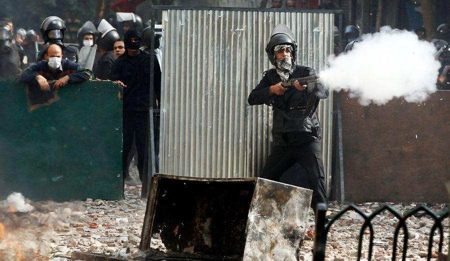 La police et l'armée égyptiennes répliquent par des tirs à balle de caoutchouc.