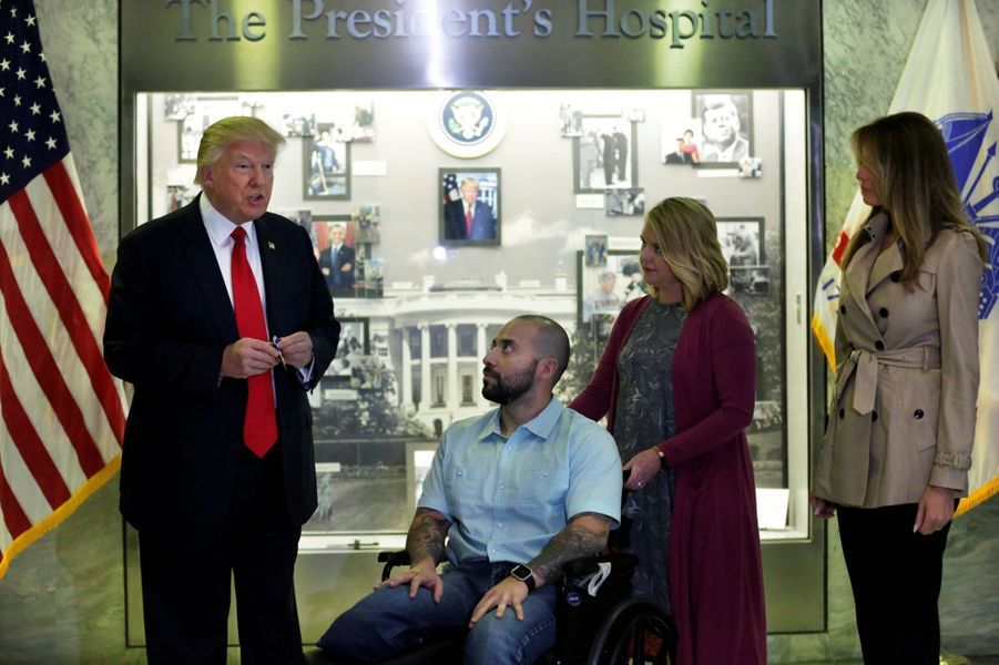 Donald Trump et Melania Trump àl'hôpital militaireWalter Reed de Bethesda, pour décorer lesergent-chef AlvaroBarrientos, le 22 avril 2017.