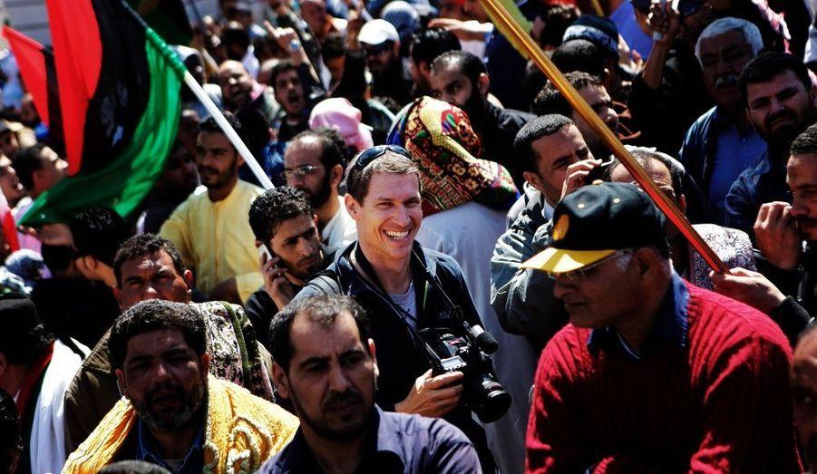 Tim Hetherington, lors d'un rassemblement au bastion rebelle de Benghazi. Les photoreporters Tim Hetherington, coauteur d'un documentaire nominé aux Oscars l'an dernier, et Chris Hondros, de l'agence Getty, ont été tués mercredi dans la ville libyenne de Misrata. Les deux hommes se trouvaient dans un groupe qui a été atteint par des tirs de mortier rue de Tripoli, l'artère principale entre le centre et le sud de la ville que se disputent les insurgés et les forces gouvernementales.