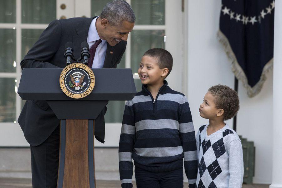 Barack Obama et ses neveux Aaron et Austin à la Maison Blanche, le 23 novembre 2016.
