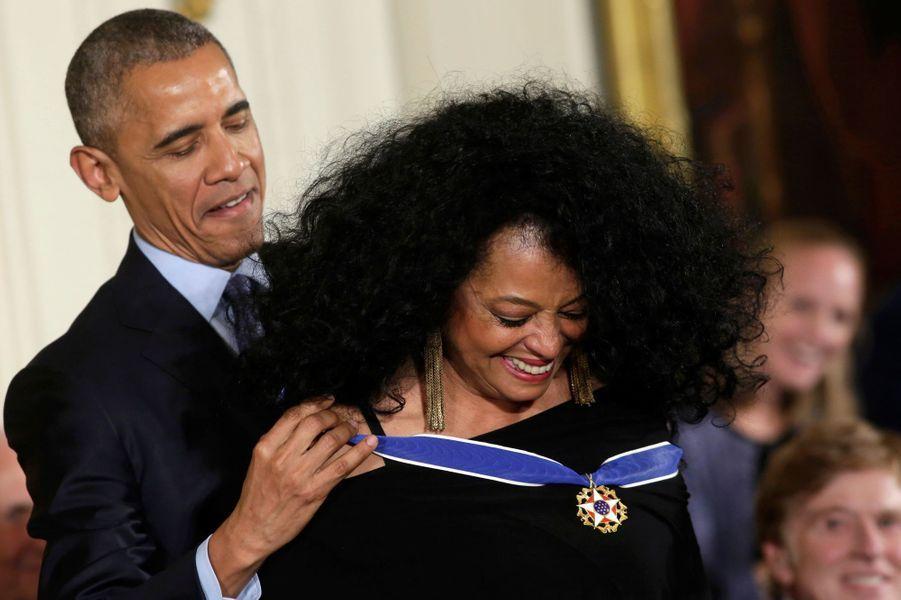 Barack Obama remet à Diana Ross la médaille présidentielle de la Liberté.