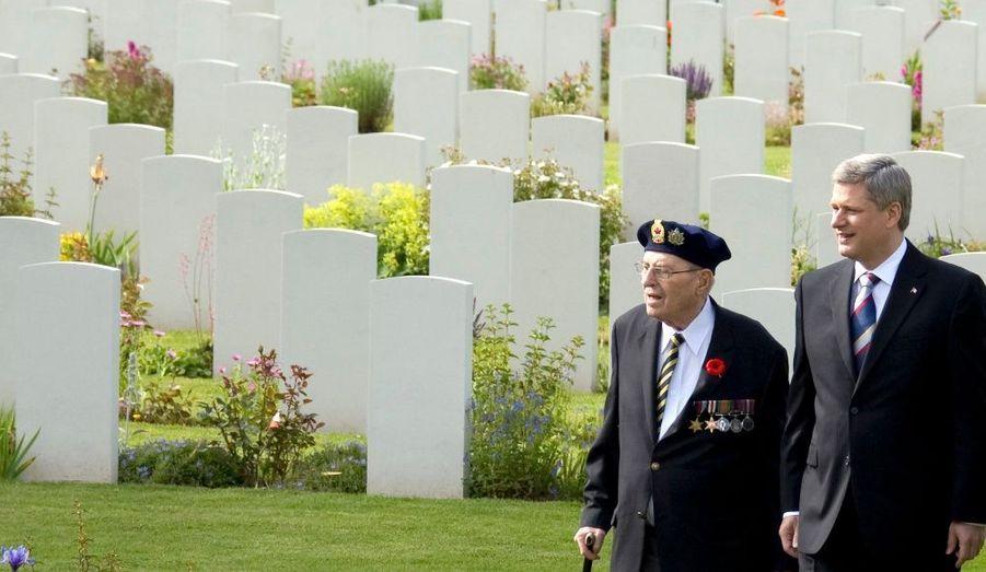 Le premier ministre du Canada, Stephen Harper, ici en pleine discussion avec un vétéran de la seconde guerre mondiale.