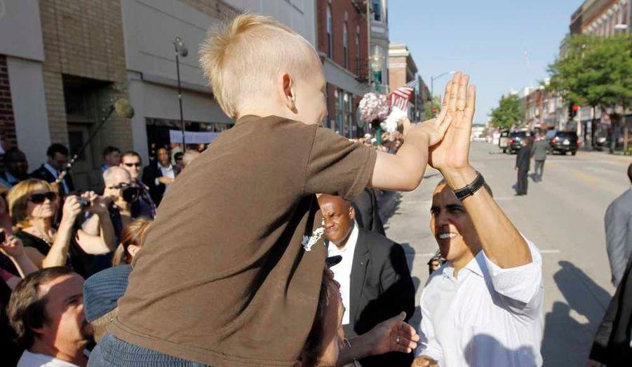 Obama tapant dans la main d'un enfant à Decorah.