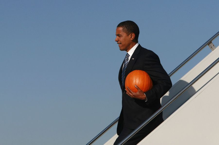 Alors candidat à l'élection présidentielle, Barack Obama descend de son avion à Chicago en portant une citrouille, le 31 octobre 2008.