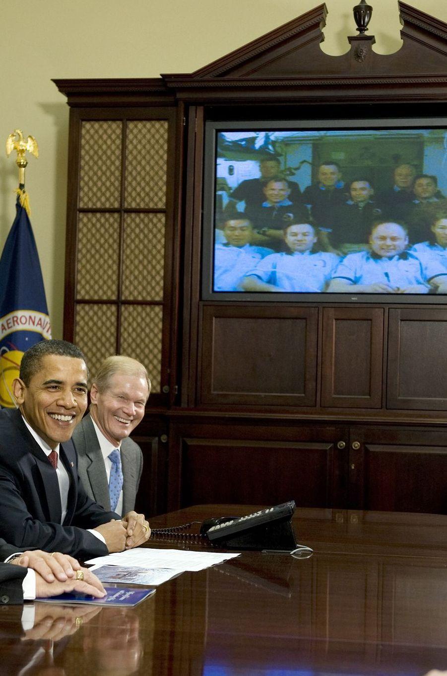 Barack Obama lors d'un appel avec les astronautes dans la Station spatiale internationale, le 24 mars 2009.