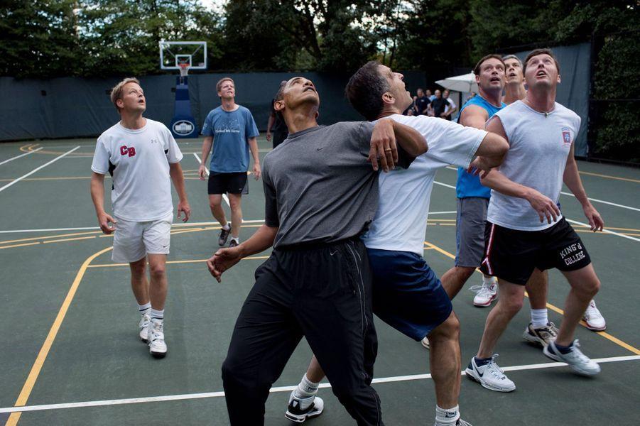 Barack Obama joue au basket avec des membres de son cabinet et du Congrès à la Maison Blanche, le 8 octobre 2009.
