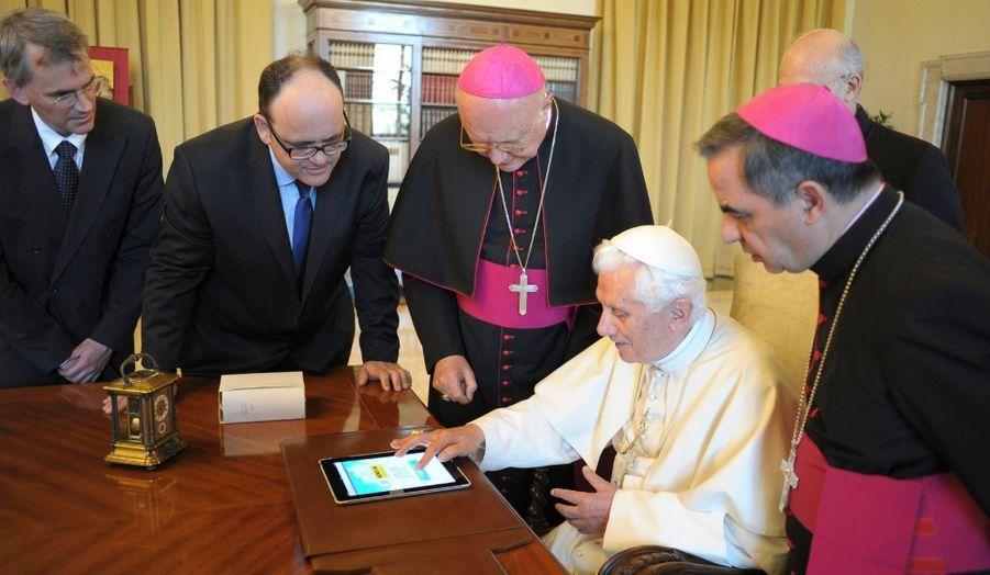 Avant d'ouvrir son compte Twitter en 2012, Benoît XVI tentait de s'inscrire dans la modernité comme sur cette photo, prise le 28 juin 2011, sur laquelle il consulte le nouveau site web du Vatican sur un iPad.