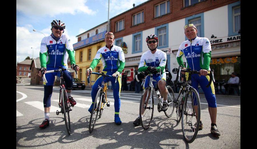 Le tour cyclotouriste de Momignies avec Laurent 54 ans (français) habite Hirson, Joël, 59 ans (français) habite Macquenoise depuis 35 ans et ne «rentrera jamais en France», et Michel, dit «Nounoutte», 61 ans, habite Buire (Picardie).