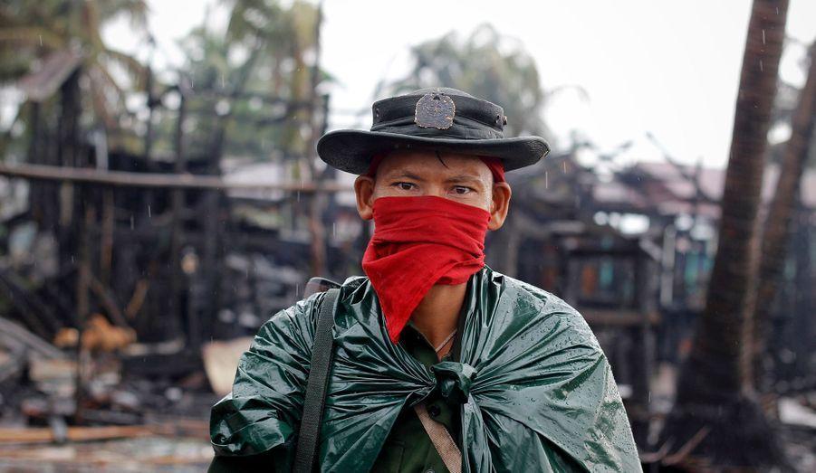 Le rôle de l'armée birmane n'est pas clair. Pour Human Right Watch, Rangoon est complice des exactions: «Les forces de sécurité birmanes n'ont protégé ni les Arakanais ni les Rohingyas contre les attaques commises de part et d'autre, et ont ensuite déclenché une campagne de violences et de rafles massives contre les Rohingyas», a déclaré BradAdams, Directeur pour l'Asie chez Human Rights Watch.«Le gouvernement affirme s'engager pleinement pour mettre un terme aux conflits et aux violences ethniques, mais les récents évènements qui ont eu lieu dans l'État d'Arakan (autre nom de l'Etat de Rahikine) montrent que persécutions et discriminations cautionnées par le gouvernement perdurent.»
