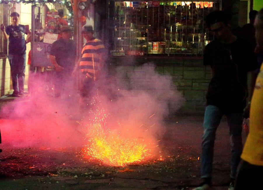 A Paranaque, dans le Grand Manille, aux Philippines, les pétards font partie de la fête, dimanche soir.