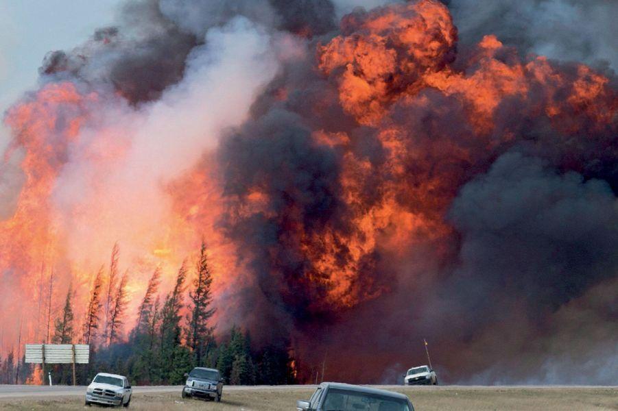 Une boule de feu de 80 mètres de hauteur à 16 km au sud de Fort McMurray, samedi 7 mai.
