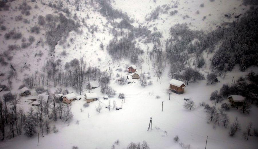 Une vue aérienne d'un village isolé dans l'est du pays, qui comptabilise quatre victimes.