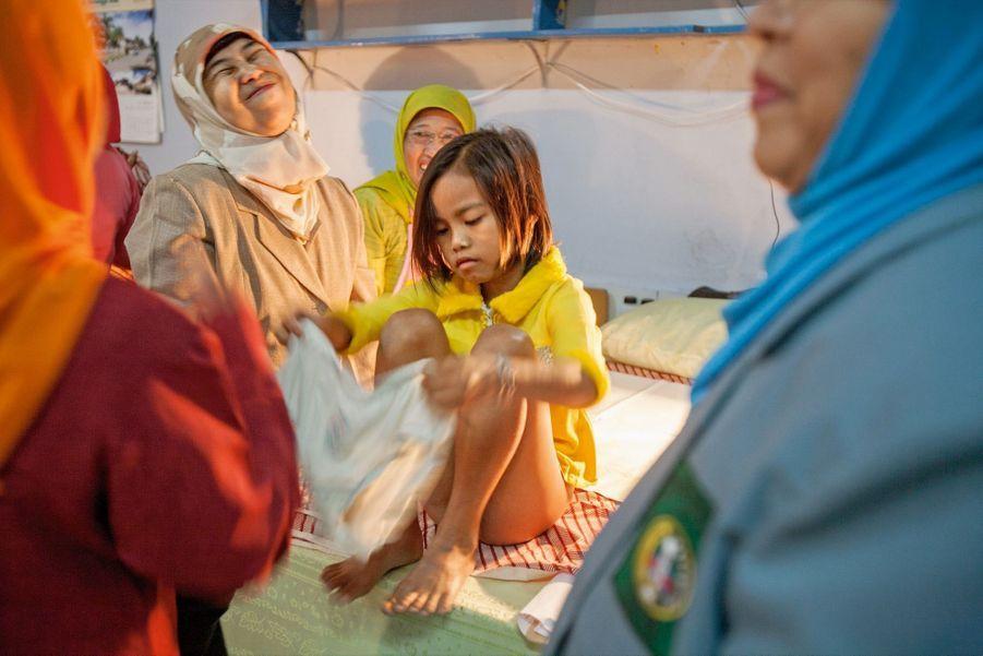 Bandung, Indonésie : une fillette se rhabille juste après avoir été excisée.