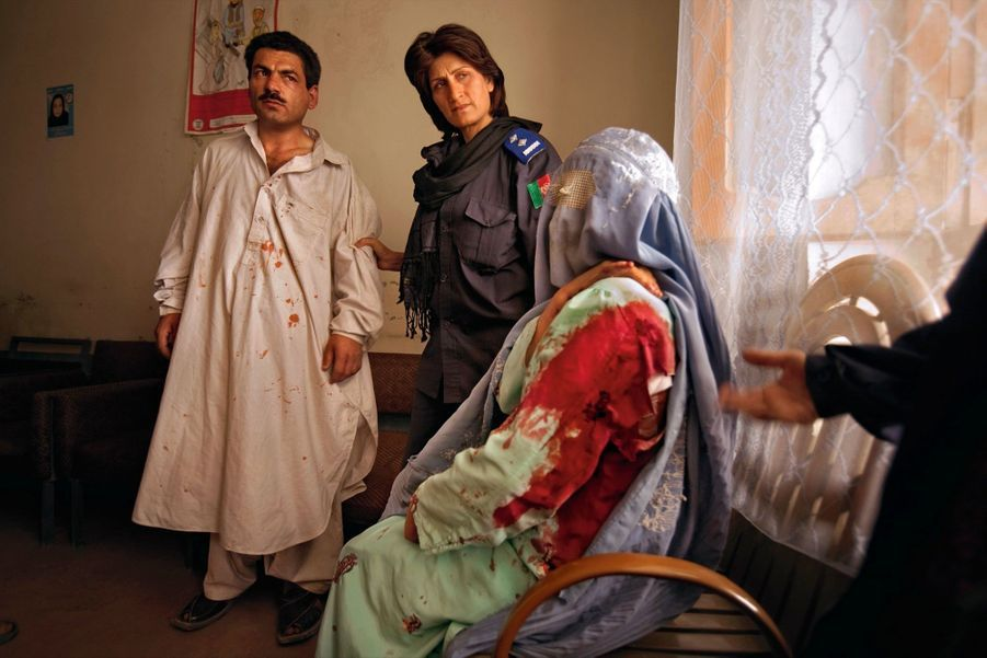 Afghanistan : cet homme a poignardé sa femme, Jamila, 15 ans. La policière qui l'arrête sera exécutée par les talibans.
