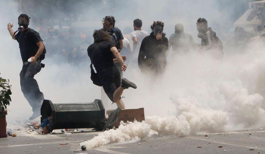 De nombreux manifestants étaient équipés de masques à gaz.