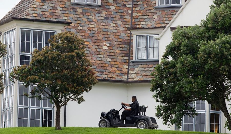 Des agents de sécurité veillent sur la propriété. Kim Dotcom a été arrêté vendredi par la police néo-zélandaise et son avenir s'annonce bien sombre.
