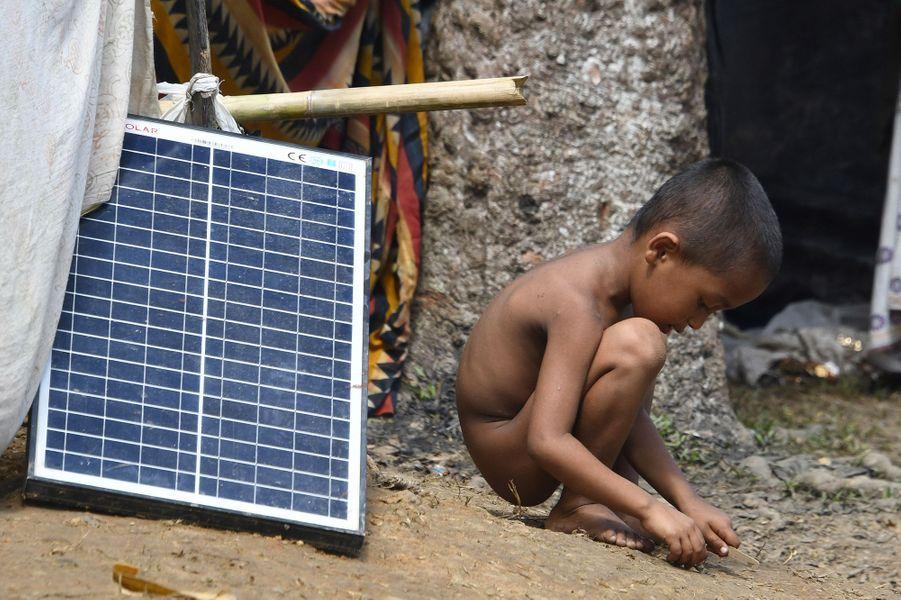 QuelquesRohingyas possèdent un panneau solaire dans le camp de Kutupalong.