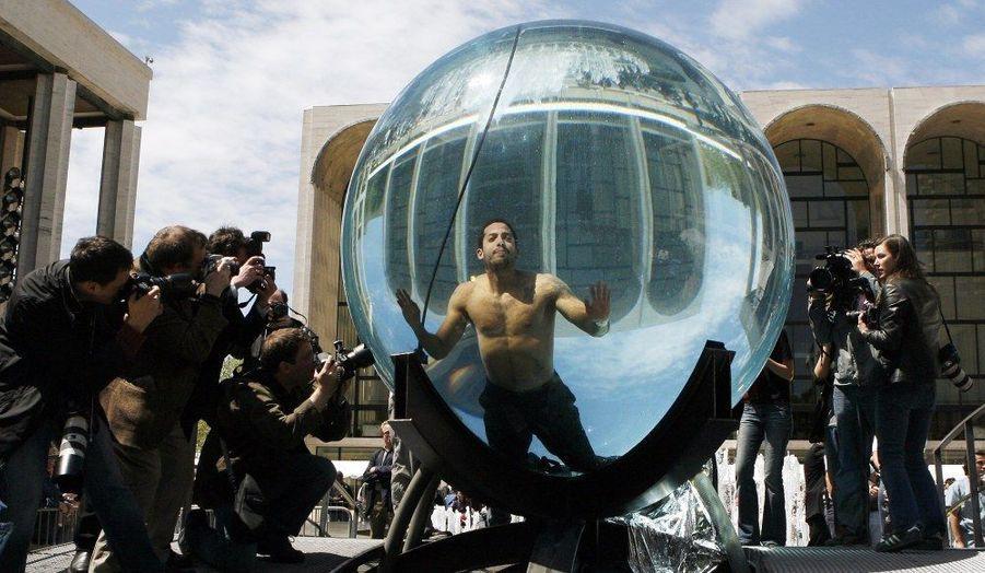 En 2006, dans une gigantesque bulle d'eau, il avait tenté - en vain - de battre le record du monde d'apnée de la spécialité.