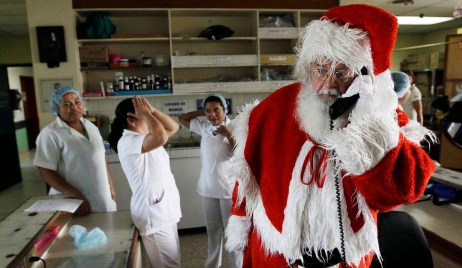 A six jours du grand soir, le Père Noël a encore quelques coups de fil à passer pour tout organiser. L'illustre vieil homme est de passage à l'Hôpital pour enfants Benjamin Bloom de San Salvador. Sa visite fait partie d'une campagne de l'UNICEF pour l'achat de nouveaux équipements médicaux pour l'hôpital.