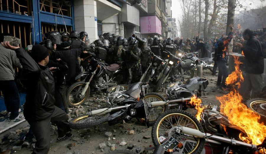 Le témoignage bouleversant d'une manifestante iranienne descendue dans la rue pour crier sa colère contre le pouvoir en place. Violet-B a pris tous les risques pour nous faire parvenir son récit des affrontements qui opposent la jeunesse et le peuple de Téhéran à la brutalité des forces de l'ordre à la solde de Mahmoud Ahmadinejad.