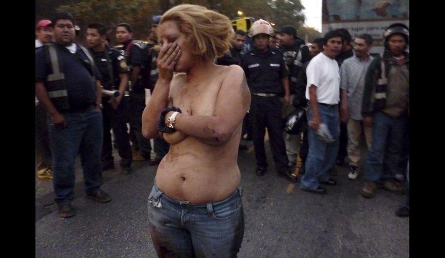 Alejandra Maria Torres reste là, le torse nu. Elle vient d'être passée à tabac, arrosée d'essence, et enflammée un court laps de temps. Les passagers d'un bus de la ville de Guatemala l'ont accusé - elle et trois hommes qui ont réussi à prendre la fuite – d'avoir participé à un braquage à main armé. Alors les passants l'ont lynché. Une pratique courante au Guatemala, qui serait la conséquence du manque de confiance des citoyens en la police et la justice. Selon les médias locaux, 219 personnes ont été lynchées cette année. Et 45 d'entre elles sont mortes. Alejandra Maria Torres, elle, a été emmenée au poste par la police.
