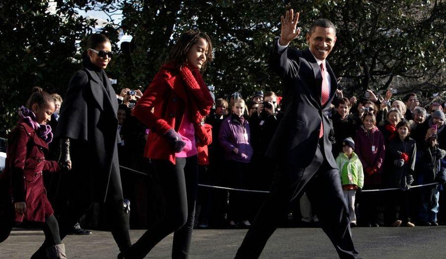 En route pour quelques jours de détente: Barack Obama, sa femme Michelle et leurs deux filles Sasha (à gauche) et Malia quitte Washington et la Maison Blanche pour le soleil d'Hawaï. Le président des Etats-Unis et sa famille vont en effet passer Noël et le Nouvel an sur la petite île du Pacifique, où Barack Obama est né en 1961.