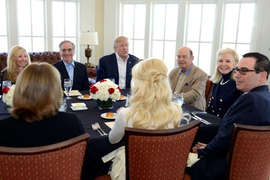 Donald Trump entouré deDavid Shulkin (secrétaire aux Anciens combattants),Wilbur Ross (secrétaire au Commerce) et Steven Mnuchin (secrétaire du Trésor), le 11 mars 2017.
