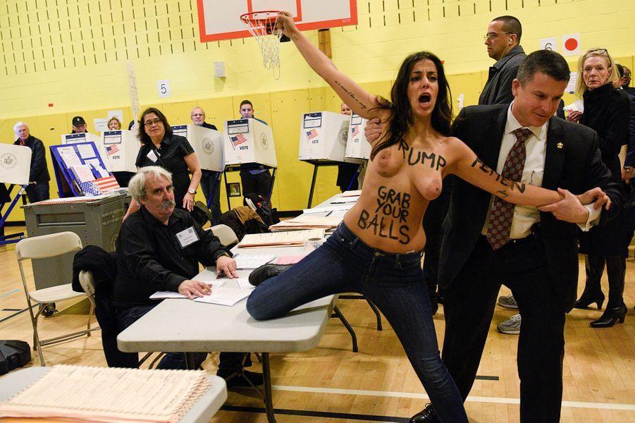 Deux Femen ont protesté dans le bureau de vote où Donald Trump a voté à New York, le mardi 8 novembre 2016.