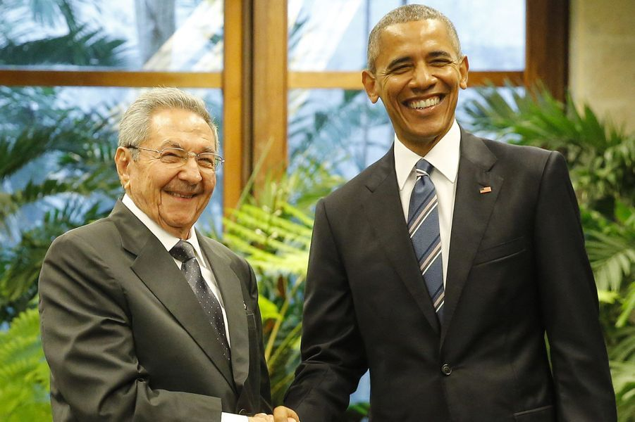 Poignée de main entre Obama et Castro