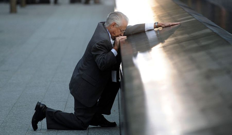 L'Amérique se souvient de ses morts et des victimes innocentes des attentats du 11-Septembre. Le mémorial du World Trade Center est inauguré à New York.