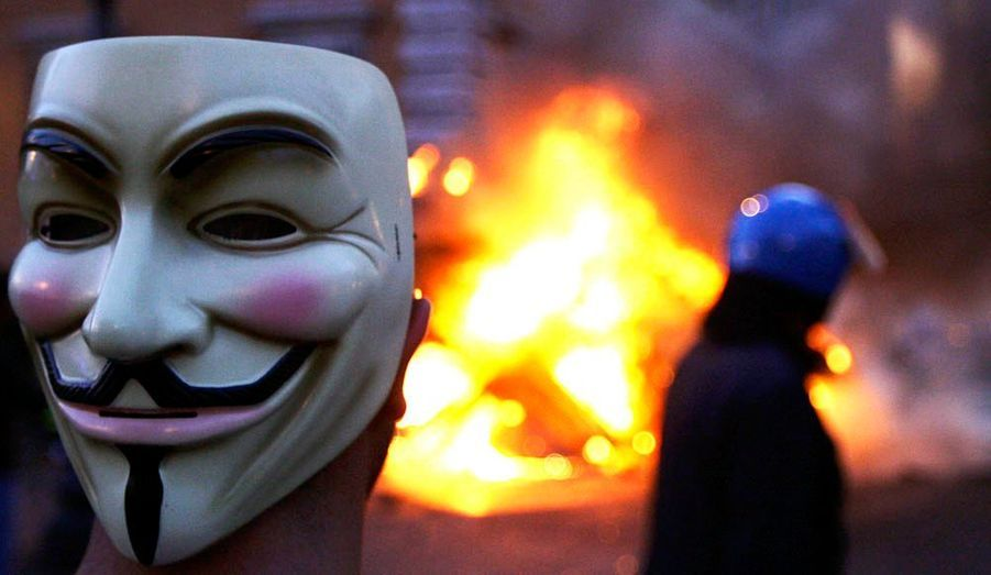 """Le 15 octobre se tient la première journée mondiale des indignés. D'Espagne aux Etats-Unis, en passant par l'Italie et même le parvis de la Défense à Paris, les mêmes slogans et revendications. Avec un héros inattendu, Guy Fawkes, de la bande-dessinée """"V pour Vendetta"""" d'Alan Moore."""