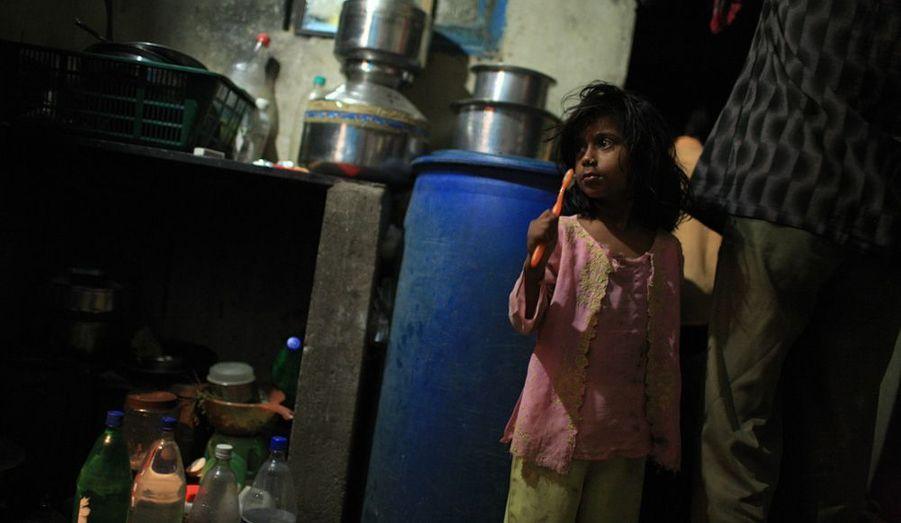 Austère lever Dans le coin cuisine, quelques ustensiles et un grand jerrican bleu, rempli d'eau. Juste après s'être levée et habillée, Asmin se brosse les dents.