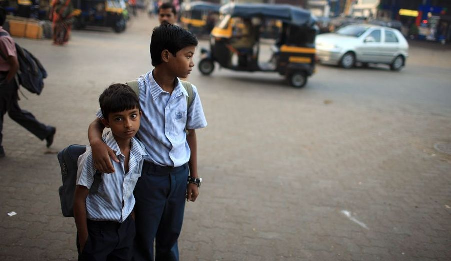 Sur le chemin de l'école Lal a retrouvé son copain Kanahiya, 11 ans. Ils marchent vingt minutes, en évitant les avenues où les conducteurs ne prennent pas la peine de ralentir pour les piétons.