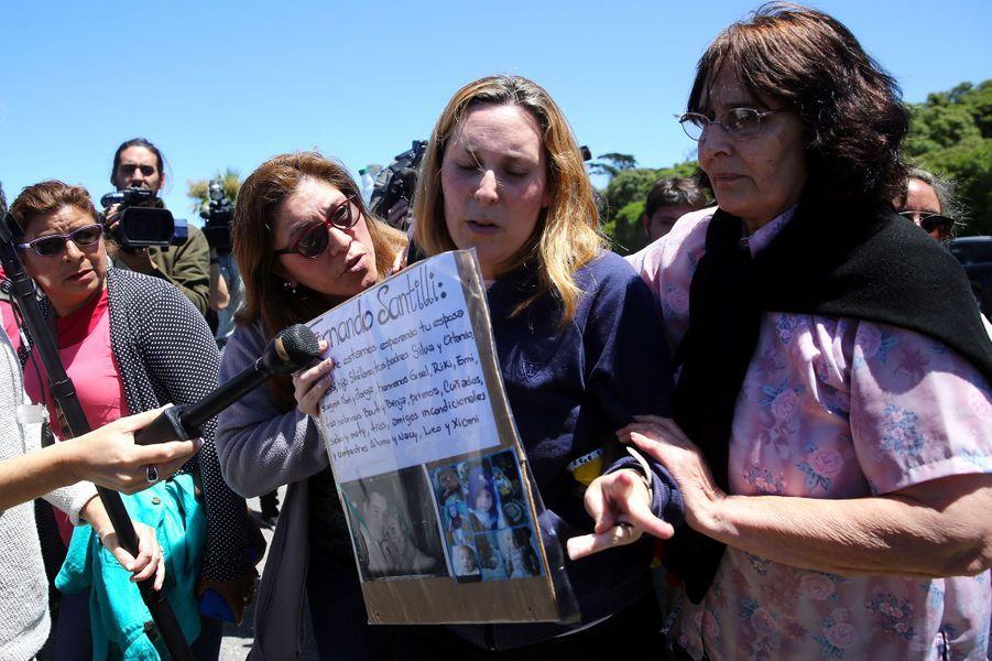"""Les familles et proches des 44 marins disparus après la conférence de presse à Buenos Airesjeudi où il a été annoncé que le sous-marin San Juan avait subi une """"explosion"""""""