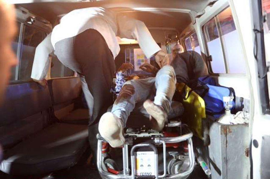 Un blessé est évacué en ambulance, mercredi soir, à l'Université américaine de Kaboul