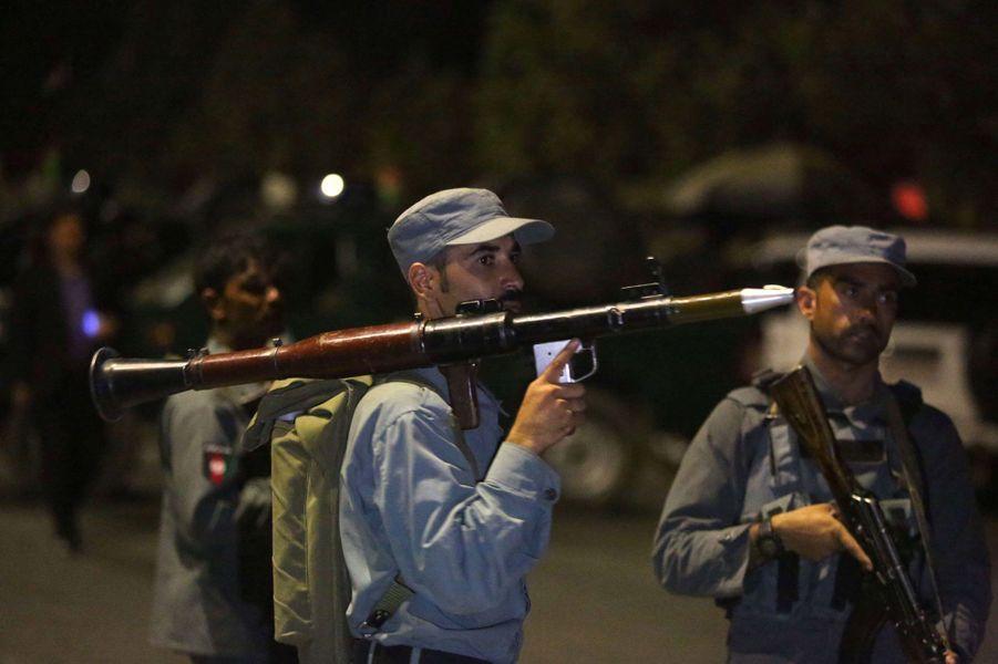 Un policier afghan muni d'un lance-roquettes, mercredi soir