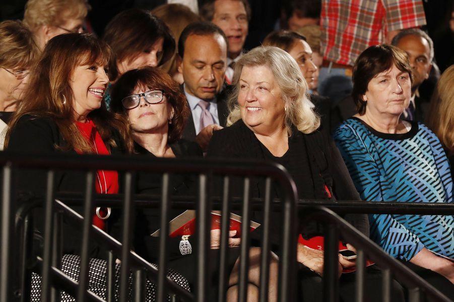 Paula Jones, Kathleen Willey, Juanita Broaddrick et Kathy Shelton lors du deuxième débat présidentiel entre Donald Trump et Hillary Clinton à Saint-Louis, le 9 octobre 2016.