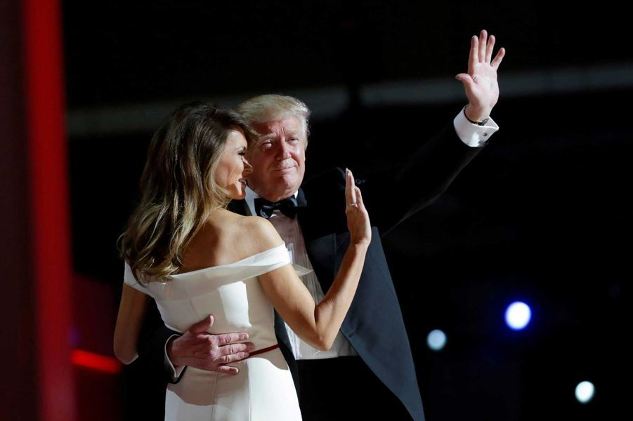 Melania Trump et Donald saluent la foule lors du Liberty Ball, vendredi soir à Washington.