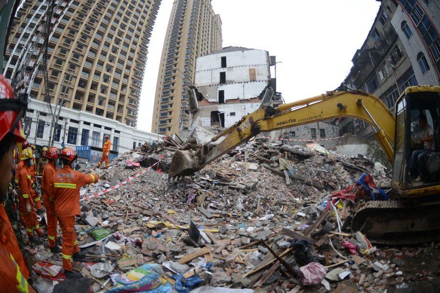Les secours recherchent toujours des survivants dans les décombres