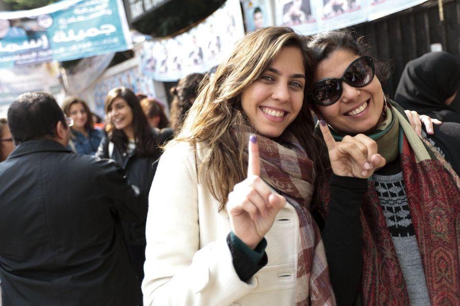 Deux jeunes Egyptiennes issues de la frange aisée de la population cairote montrent fièrement leurs doigts, signes qu'elle sont allées voter.