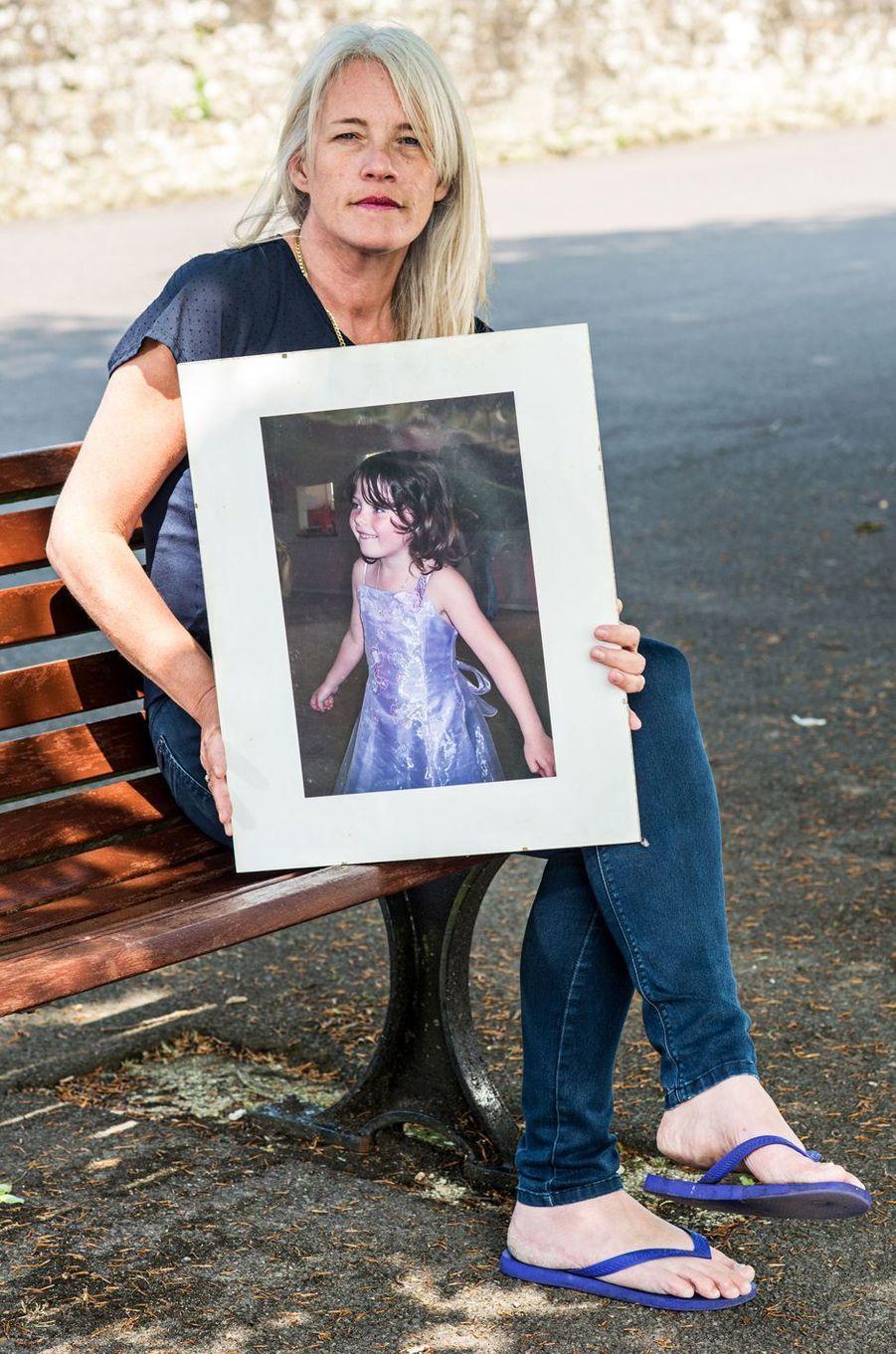 Debbie Stoner tenant le portrait de Jade, sa fille décédée.